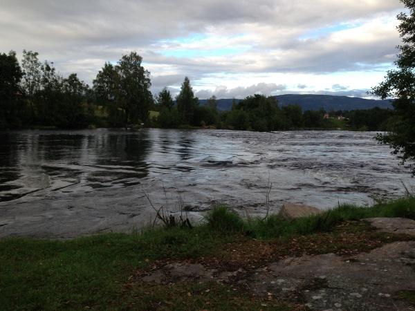 Przy farmie przepełniona rzeka. Podobno pełna ryb.